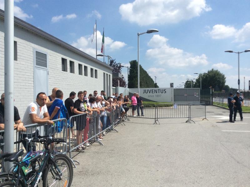 Tifosi della Juve fuori del Centro Sportivo di Vinovo